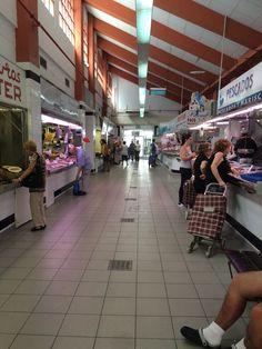 Pasillo del Mercado: Esto es pasillo es parte del mercado que está en un edificio.  Este parte está abierto cada día, no solo los sábados y viernes.  Hay muchas tiendas que venden comidas diferentes. Hay muchos pasillos en el mercado.