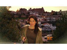 Jessy con la Ciudad Monumental de Cáceres al fondo