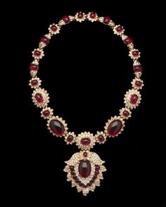 Maharani-style necklace from around 1980. This is a copy of Jacqueline Kennedy Onassis' Van Cleef and Arpel's necklace given to her by Aristotle Onassis as a wedding present in 1968.