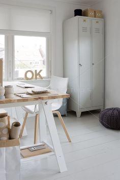 Home office space with locker storage Home Office Space, Office Workspace, Home Office Design, Desk Space, Workspace Inspiration, Interior Inspiration, Bureau Design, Office Deco, Ideas Hogar