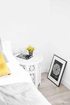 Littlefew Blog // New Spring details in my bedroom. Cozy, nordic and minimalist decoration. Dormitorio, detalles, Home details, minimal decor, noretnic, nordic inspiration, black and white decor, stripes, geometric, small table, night table, mesita de noche, diy, velas, espacio acogedor, decorar un dormitorio pequeño, small bedroom, pared blanca, white wall, yellow decor, decorar con amarillo, nordic inspiration.