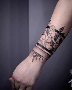 Tatuaż armband – znaczenie, symbolika, 100 zdjęć, Pomysły na tatuaże Arm Band Tattoo For Women, Black Band Tattoo, Tribal Band Tattoo, Wrist Band Tattoo, Wrist Bracelet Tattoo, Wrist Tattoo Cover Up, Cuff Tattoo, Black Tattoos, Armband Tattoo Frau