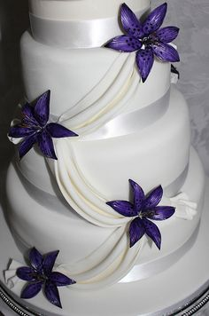 Purple lily wedding cake, so stunning Purple And Silver Wedding, Purple Wedding Cakes, Wedding Cakes With Flowers, Elegant Wedding Cakes, Trendy Wedding, Rustic Wedding, Purple Calla Lilies, Purple Lily, Blue Orchids