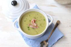 Deze bloemkoolsoep is super lekker en heel erg makkelijk om te maken. Zelf serveer ik de bloemkoolsoep met spekreepjes om de soep wat meer smaak te geven.