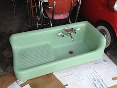 Jadeite green farmhouse sink - This is to die for! I'd build the whole . Jadeite green farmhouse sink - This is to die for! I'd build the whole kitchen around it. Always wanted to learn. Restaurant Design Vintage, Vintage Design, Vintage Decor, Vintage Stuff, Vintage Green, Vintage Ideas, Style Vintage, Kitchen And Bath, New Kitchen