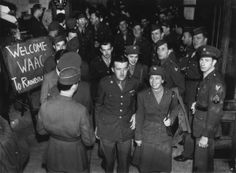 Eight WAACs, recently arrived in London, are invited by American soldiers to a luncheon at Rainbow Corner, a London club for American servicemen, 12th May 1943. (Photo by Keystone/Hulton Archive/Getty Images)