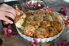Husker du oppskriften jeg la ut med Verdens beste hvitløksbrød med ostebomber? Du finner den her. Stappet med en lekker blanding av Mozzarella, Parmesan, hvitløk og urter er dette virkelig noe helt for seg selv. Denne gang har jeg laget det med soltørkede tomater! Mmm, det må du bare smake! Det er sykt godt! Tilsett … Bread Recipes, Cake Recipes, Vegan Recipes, Tapas, Piece Of Bread, Soul Food, Bon Appetit, Food Inspiration, Food Porn