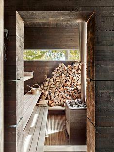 Die urtümlich anmutende holzbeheizte Sauna in Schweden wurde aus geteerten Fichtenbalken errichtet. (Foto: James Silverman)