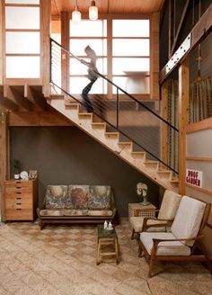 montee-escalier-bois-fauteuil-retro-1