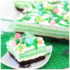 Mint Oreo Cheesecake Cupcakes combine mint oreos with creamy mint cheesecake for a mouthwatering treat! They make ideal green desserts for potlucks, birthday parties and. Oreo Dessert Recipes, Potluck Desserts, Birthday Desserts, Cupcake Recipes, Delicious Desserts, Cupcake Cakes, Yummy Food, Birthday Parties, Desserts For Birthdays