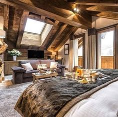 Official Website ✅ Le Kaila, a luxury chalet hotel in Meribel lying at the foot of the slopes: prestigious suites, Nuxe spa, indoor pool and gourmet restaurant. Cabin Homes, Log Homes, Dream Bedroom, Home Bedroom, Bedrooms, Master Bedroom, Bedroom Rustic, Victorian Bedroom, Rustic Loft