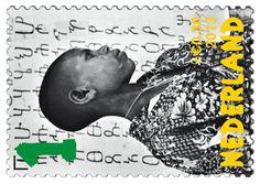 Op de bovenste rij is op de postzegel links een jongetje afgebeeld voor een schoolbord tijdens de rekenles en op de postzegel rechts terwijl hij een grote stapel takken draagt.