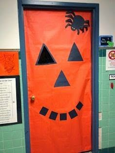 Halloween door decoration – pumpkin - Home Page Deco Porte Halloween, Casa Halloween, Theme Halloween, Halloween Pumpkins, Halloween Crafts, Moldes Halloween, Adornos Halloween, Manualidades Halloween, Halloween Classroom Door