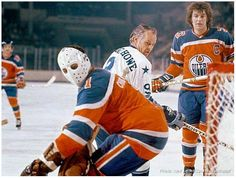 Gordie missed the net? That IS a rare photo! Chris Worthy is in net and Al Hamilton ( of the Oilers is in the background. Hockey Goalie, Hockey Teams, Hockey Players, Hockey Rules, Goalie Mask, Masked Man, Vancouver Canucks, Edmonton Oilers, National Hockey League