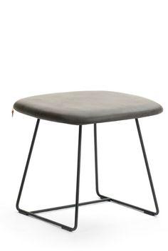 Pouf à piétement métallique PAMP par Mobitec. Parfait comme siège d'appoint et disponible dans la couleur de votre choix !