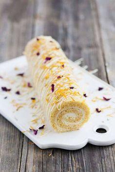Prova en ny, spännande version av rulltårta, med morot! På bilden är kakan dekorerad med torkade blad från rosor och ringblommor.