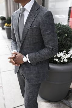 The gray suit is one suit you would wear and expect your class & style to be instantly noticed. Here are the best shirts and shoes to pair with a gray suit. Gentleman Mode, Gentleman Style, True Gentleman, Sharp Dressed Man, Well Dressed Men, Costume En Lin, Traje Casual, Mode Man, Mens Fashion Suits