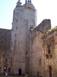 aveyron-Najac, forteresse royale construite en 1253 par Alphonse de Poitiers (frère de St-Louis). Le donjon de ses 38m de hauteur sur lesquels s'étagent 3 niveaux d'archères n'a rien perdu de sa magnificence; il surplombe l'Aveyron de 200m de hauteur