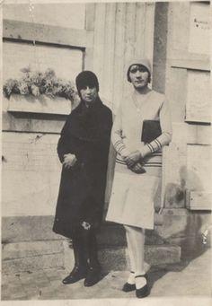 Primas  Concepción Varela y su prima afuera de un colegio.  Fecha estimada 1930.