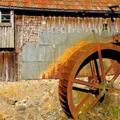 Der Mühlenweg in Schwabsoien ist ein kleiner Geheimtipp – wir sind nur über einen klitzekleinen Vermerk in unserer großen Wanderkarte darauf gestoßen. Euch erwartet eine gemütliche, ca. zweistündige Rundwanderung durch einen sehr ursprünglichen, bayerischen Ort, vorbei an Felden, weidenden Kühen, entlang an Bächen und Mühlen, genauso gemütlich, wie das Wasser neben Euch dahin plätschert. Anschließend haben wir noch einen herrlichen …