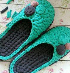 SAPATILHAS E PANTUFAS EM FIO DE MALHA Crochet Boots Pattern, Crochet Shoes, Crochet Slippers, Crochet Patterns Amigurumi, Crochet Gifts, Crochet Yarn, Knitting Yarn, Crochet Stitches, Diy Crafts Knitting