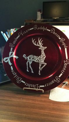 Charger plate with silver glitter vinyl Cricut Christmas Ideas, Christmas Vinyl, Christmas Plates, Christmas Signs, Diy Christmas Gifts, Christmas Projects, Holiday Crafts, Christmas Crafts, Christmas Decorations