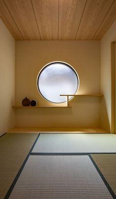 和室らしい和室をというのが奥様のたってのご希望でした。丸いFIX窓に違い棚を設けて焼き物やお花も飾れるように。 Modern Japanese Interior, Japanese Modern House, Japanese Home Design, Shop Interior Design, Interior Styling, Home Deco Furniture, Zen Design, House Design, Zen Interiors