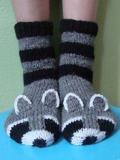 Pesukarhusukkien ohje on alunperin julkaistu Facebookin Voihan villasukka! -ryhmässä. Nyt laitan sen myös saataville tänne blogin puolelle... Knitted Slippers, Wool Socks, Crochet Slippers, Knitting Socks, Knit Crochet, Knitting For Kids, Knitting Projects, Baby Knitting, Knitting Patterns Free