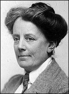 Ethel Smyth, compositora y sufragista. Compuso la Marcha de las Mujeres y estuvo en la cárcel como muchas de las componentes del movimiento.