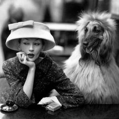 Dovima with Sacha at cafe des Deux Magots, Paris by Richard Avedon, 1955 . Cloche and suit by Balenciaga . From the exhibition 'Balenciaga : Shaping Fashion ' at the , runs till 18 Feb . Vintage Versace, Vintage Dior, Moda Vintage, Vintage Vogue, Vintage Glamour, Vintage Paris, Balenciaga Vintage, Vintage Woman, Vintage Models
