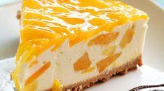 Para hacer una riquísima cheesecake de mango, lo primero que debemos hacer es triturar bien las galletas y los bizcochos. A continuación, ponemos la mantequilla en un bol y la metemos unos segundos en el microondas hasta que se derrita. Después, l...