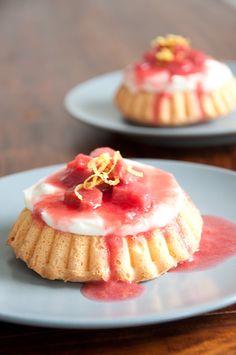 Kleine Törtchen mit Rhabarber. Sooo leicht und fruchtig! #Dessert #Rhabarber #Törtchen
