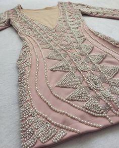 O Dress Katherineé feito com tecido e pedras importadas, todo bordado à mão. O tecido contém elastano, que se adequa perfeitamente bem ao corpo.
