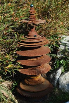11 Rustic Rusty Metal DIY Ideas For Your Lawn And Garden I have always worried about things rusting. I mean, you buy shiny new metal items and you want to keep them that way, right? Rusty Garden, Garden Junk, Lawn And Garden, Garden Whimsy, Metal Yard Art, Scrap Metal Art, Metal Sculpture Artists, Abstract Sculpture, Bronze Sculpture