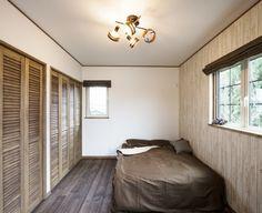 木の外壁で個性をプラス!お気に入りに囲まれたお家 Reading Room, Interior And Exterior, Study, Curtains, Bedroom, Furniture, Home Decor, Studio, Blinds
