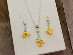 Narancssárga virágos nyaklánc és fülbevaló szett
