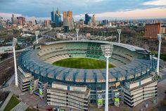 El Melbourne Cricket Ground es un estadio multiusos en el que principalmente se practica críquet, fútbol y fútbol australiano; ubicado en el distrito suburbano de Yarra Park de la ciudad de Melbourne, capital del estado de Victoria en Australia.Capacidad 100.000 espectadores
