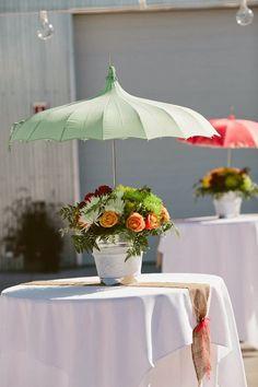 Decoración de mesa con paraguas en *Con B de Boda* http://conbdeboda.blogspot.com.es/2013/11/paraguas-para-tu-boda.html
