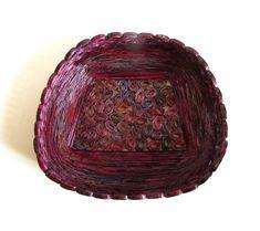 Plateau panier fait de journal papier recyclé publicitaire, vin rouge, un genre, décoration, cadeau recyclé, respectueux de l