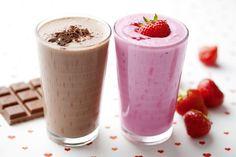 1 kelímek jogurtu, 2 lžíce jemně nastrouhané čokolády, 1 lžíce medu nebo cukru, 1/8 mléka nebo: 1 kelímek jogurtu, 8 cl jahodového džusu, hrst jahod, 1 lžíce medu nebo cukru, 1/8 litru mléka