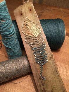 String art på drivtømmer fra Hvide sande - kan laves efter ønske af farver og evt motiv 225 kr