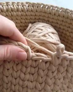 ― rose oliveira🇧🇷さん( 「Para as meninas que ainda têm dúvidas de como terminar uma carreira de ponto alto centrado e…」 Crochet Basket Pattern, Crochet Stitches Patterns, Knitting Patterns, Crochet Baskets, Crochet Basket Tutorial, Diy Crochet, Crochet Crafts, Crochet Projects, Doilies Crochet