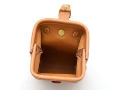 口枠タイプのベルトポーチ。差し込み金具で簡単に開閉でき、マチがあるので二つ折り財布、スマートフォン、コンパクトデジカメがすっぽり入ります。コロンとしたフォルムで使う人を選びません。 Leather Pattern, Diy And Crafts