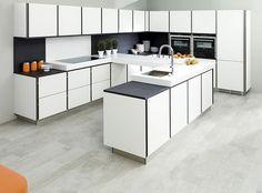 Porcelanosa propone una serie di cucine moderne, funzionali, versatili, personalizzabili, con i piani di lavoro e le mensole in cristallo e Krion e caratterizzate da un alto design.