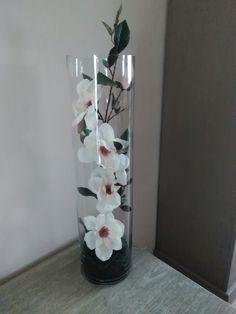 Een mooie tak foambloemen in een hoge vaas oogt zeer mooi , en simpel om te doen ... Hula Hoop Chandelier, Vases, Glass Vase, Budget, Room Decor, Floral, Crafts, Diy, Fake Flower Arrangements