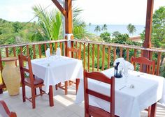 Restaurant Le Paradis, possèdant une terrasse ventilée avec vue sur la plage de l'Anse Figuier. Cuisine créole et française - Fruits de mer