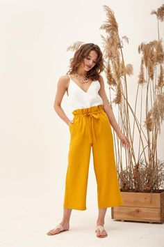 Trendy Mustard Pants Outfit Ideas That Can Inspire Your Fashion This Year Yellow Pants Outfit, Linen Pants Outfit, Summer Pants Outfits, Loose Pants Outfit, Wide Leg Pants Outfit Summer, How To Style Culottes, Mustard Pants, Mustard Yellow, Stylish Outfits