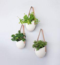 Ensemble de 3 trois pots en porcelaine et bande de cuir pour jardinières suspendus. www.clemaroundthecorner.com.