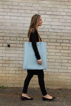 Mega+taška+z+přírodní+plsti,+světle+modrá+Velká+taška+z+přírodní+plsti+ve+světle+modré+barvě,+zapínání+na+magnet,+uvnitř+kapsa.+Rozměry:+cca+51x44+cm.