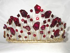 Hair Jewelry A modern wedding tiara but well desgned and unusual.would make a great tiara to go with Ruby Slippers for an Oz theme! Royal Jewels, Crown Jewels, Hair Jewelry, Bridal Jewelry, Jewlery, Look Gatsby, Wedding Tiaras, Wedding Headpieces, Wedding Veils